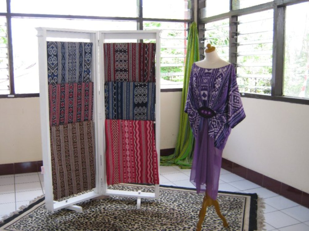 batik bentenan Pada masa penjajahan belanda, kain bentenan minahasa sempat menghilang,  karena terdapat perubahan tatanan sosial dari adat ke tatanan.